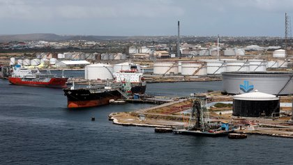 FILE PHOTO: Crude oil tankers are docked at Isla Oil Refinery PDVSA terminal in Willemstad on the island of Curacao, February 22, 2019. REUTERS/Henry Romero/File Photo