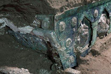 El antiguo carruaje ceremonial romano cerca de la ciudad destruida de Pompeya en una imagen tomada el 21 de febrero de  2021. (Ministerio de Cultura de Pompeya/Luigi Spina/via REUTERS)