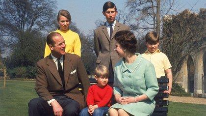 El príncipe Felipe de Edimburgo y junto a su núcleo de la familia real británica