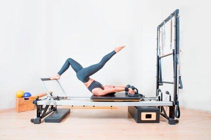 Adele lo que hace es pilates reformer, y a diferencia de pilates tradicional es el uso de diferentes elementos, entre ellos poleas, fitballs y pesitas (Shutterstock)