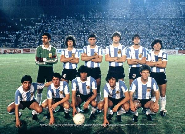 Formación del equipo campeón de 1979: Sergio García, Juan Simon, Hugo Alves, Abelardo Carabelli, Rubén Rossi, Osvaldo Escudero, Juan Barbas, Ramón Díaz, Diego Maradona, Gabriel Calderón y Osvaldo Rinaldi