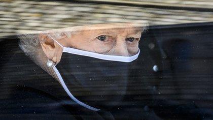 La reina deja la capilla para dirigirse a Windsor, sola por primera vez en 73 años (AP)