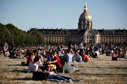 Parisinos disfrutan al aire libre cerca del Museo de Los Inválidos en la capital francesa durante la salida gradual de la cuarentena por coronavirus (REUTERS/Benoit Tessier)