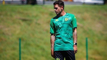 La primera foto de Fernando Gago con la ropa de Aldosivi y en su nuevo rol de entrenador (Foto: @clubaldosivi)