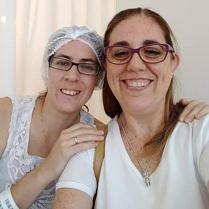 Andrea, a la derecha, junto a su cuñada Romina
