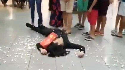 Un hombre se tira al suelo y luego se levanta de un salto