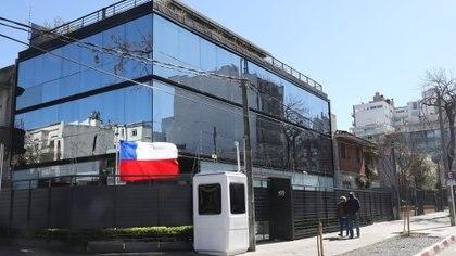 La embajada de Chile en Uruguay le alquila este edificio de casi 600 m2 al futbolista Mascherano. Está ubicado en Punta Carretas, en Montevideo. (Foto: Nicolás der Agopián/Búsqueda )