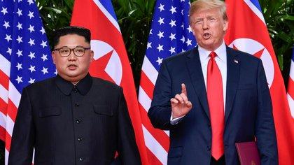 Kim Jong-un junto al presidente estadounidense Donald Trump (Reuters)