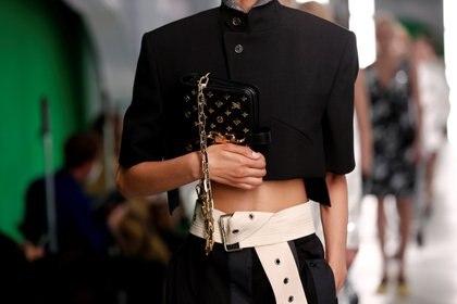 El diseñador Nicolas Ghesquiere, director creativo de Louis Vuitton, presentó la colección de primavera-verano 2021. Las carteras con el logotipo de la marca no dejaron de estar presente en la nueva línea