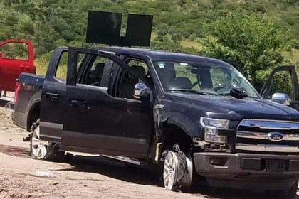Vehículo abandonado tras enfrentamiento de autoridades y narcos en Durango (Foto: Twitter/@fernand17704066)