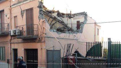 Una casa dañada por el sismo en la zona de Zafferana Etnea (Twitter Polizia di Stato/ @poliziadistato)