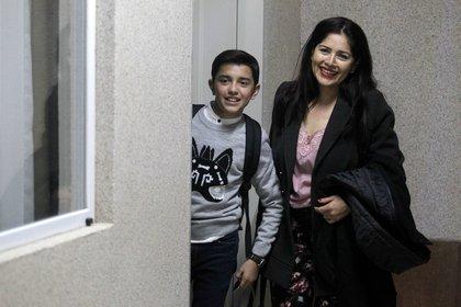Luis Angel Jaramillo, de 13 años, con su madre Blanca Gomez (AFP/ ULISES RUIZ)