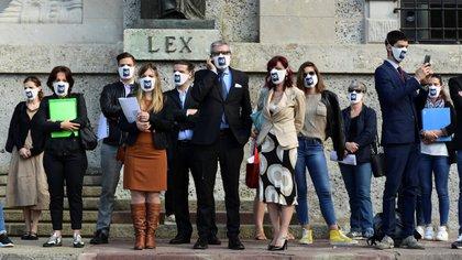 """Luca Fusco -hablando por celular en el centro de la imagen- lidera el movimiento Noi Denunceremo"""" (AFP)"""