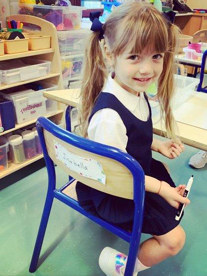 Isabella, feliz en su nuevo escritorio de la escuela