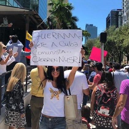 """Protesta frente al restaurante de Nusret Gokce en Miami con un cartel que dice """"Demandamos inmediatamente una disculpa pública"""""""