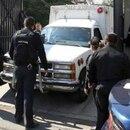 Una ambulancia retira los cuerpos de la casa en la delegación Iztapalapa donde una familia de cuatro integrantes hicieron un pacto suicida (Letra Roja)