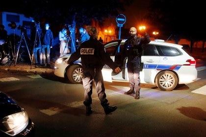 Foto del viernes de agentes de policía asegurando el área cerca de donde un hombre fue apuñalado en la localidad de Conflans St Honorine, en el extrarradio de París. Oct 16, 2020. REUTERS/Charles Platiau