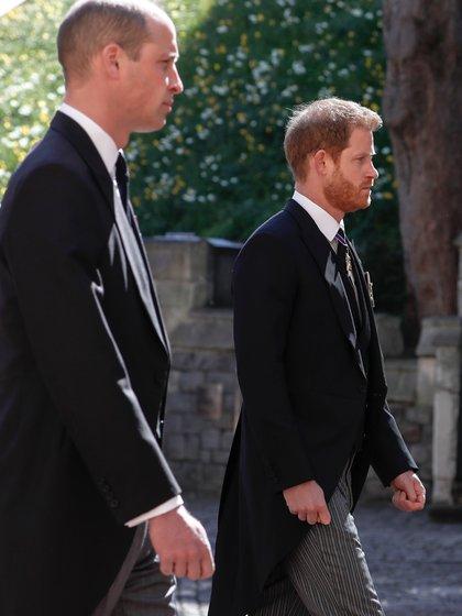 Después del servicio fúnebre, las cámaras de televisión captaron al príncipe William y al príncipe Harry hablando (AP)