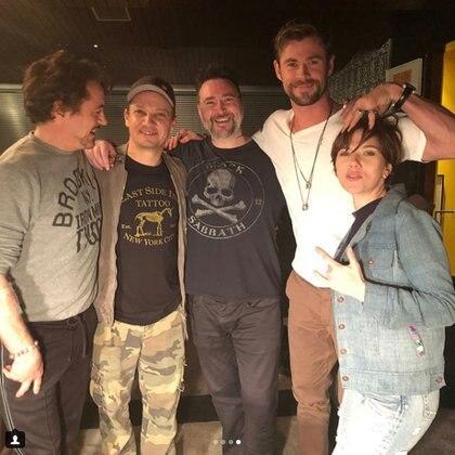 Robert Downey Jr., Jeremy Renner, Chris Hemsworth y Scarlett Johansson junto al artista tatuador