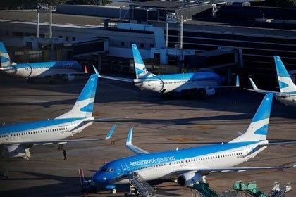 FOTO DE ARCHIVO. Aviones de pasajeros de Aerolineas Argentinas están estacionados en el aeropuerto Aeroparque Jorge Newbery de Buenos Aires, Argentina. 29 de abril de 2020. REUTERS/Agustín Marcarián.