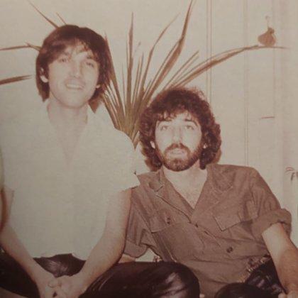 Alejandro y Ernesto iniciaron su relación cuando los dos trabajan en el antiguo teatro Estrella. Por su aspecto hippie eran acusados de subversivos.