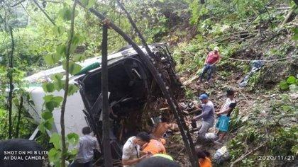 Así acabo bus Berlinas del Fonce accidentado en Sector La Esperanza, vía Bucaramanga-San Alberto / (vanguardia.com)