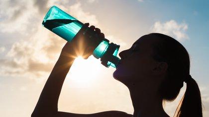 Cuando se entrena, la hidratación es fundamental (Shutterstock)