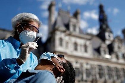 París se pone en alerta máxima por aumento de infecciones (REUTERS / Christian Hartmann)