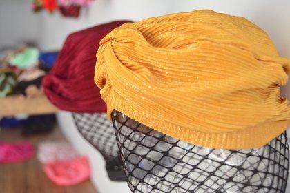 Turbante cruzado glitter, última moda para el accesorio femenino adaptado para la cabeza