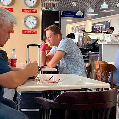Navalny tomando un te en el aeropuerto de Omsk, antes de ser envenenado