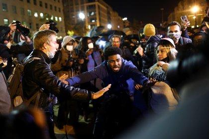 Manifestantes reunidos en la Black Lives Matter Plaza cerca de la Casa Blanca, en la madrugada del 4 de noviembre de 2020 (REUTERS / Hannah McKay)