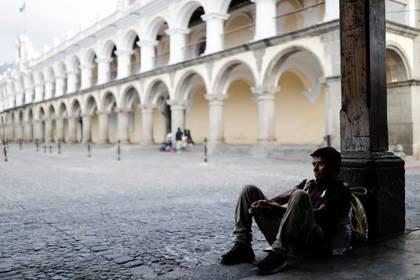Un hombre en una calle, mientras continúa el brote de la enfermedad por coronavirus (COVID-19), en Ciudad de Guatemala, Guatemala, 28 de marzo de 2020. REUTERS/Luis Echeverria