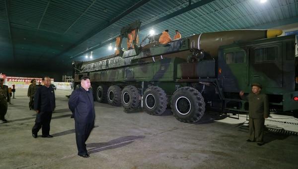La relación con el ejército es un arma de doble filo para Kim Jong-un; su influencia es una amenaza interna pero sus desarrollos de armas son la mayor fuente de poder del dictador