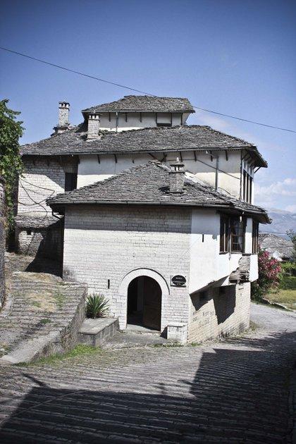 En la casa natal de Hoxha funciona hoy un museo etnográfico en el que se oculta cualquier recuerdo del dictador. (fotos: Ignacio Hutin)