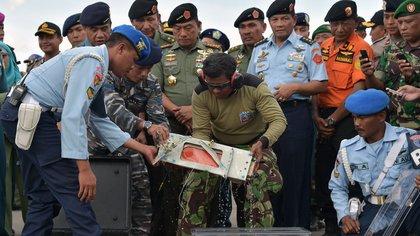 Los equipos de rescate recuperan la grabadora de datos del vuelo de AirAsia AFP 163