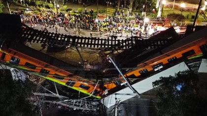 Vista aérea realizada con un drone que muestra el colapso de los vagones del metro esta noche, en la Ciudad de México (EFE/ Sáshenka Gutiérrez)
