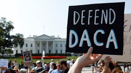 """""""Defiendan a la DACA"""", dice el letrero que sostiene un manifestante ante la Casa Blanca (Reuters/archivo)"""