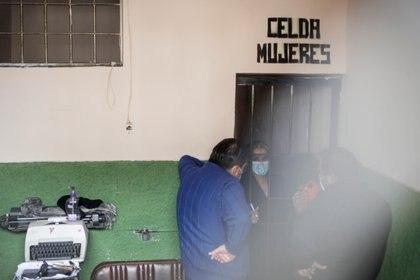 Diversos aliados de Áñez llegaron al cuartel para visitarla y verificar su situación (REUTERS/David Mercado)
