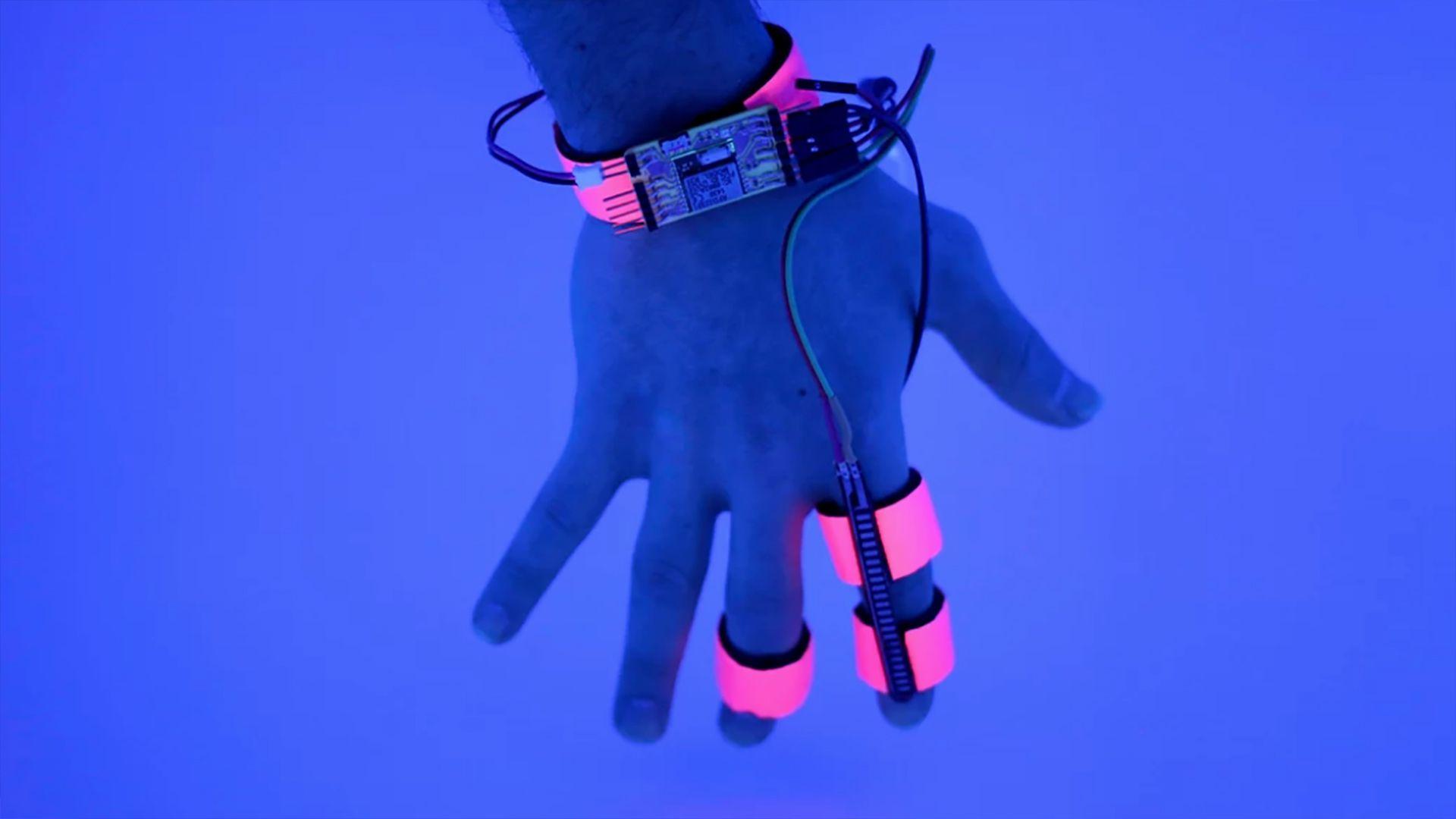 Dormio es un dispositivo electrónico portátil con sensores para generar automáticamente incubaciones auditivas en serie al comienzo del sueño (Oscar Rosello/MIT)