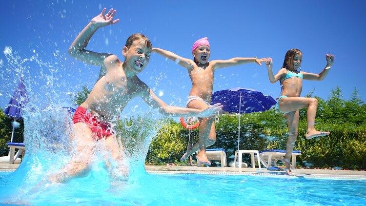 Los niños no deben sufrir el castigo de la espera, pero el ingreso al agua se debe hacer con prudencia (Shutterstock)