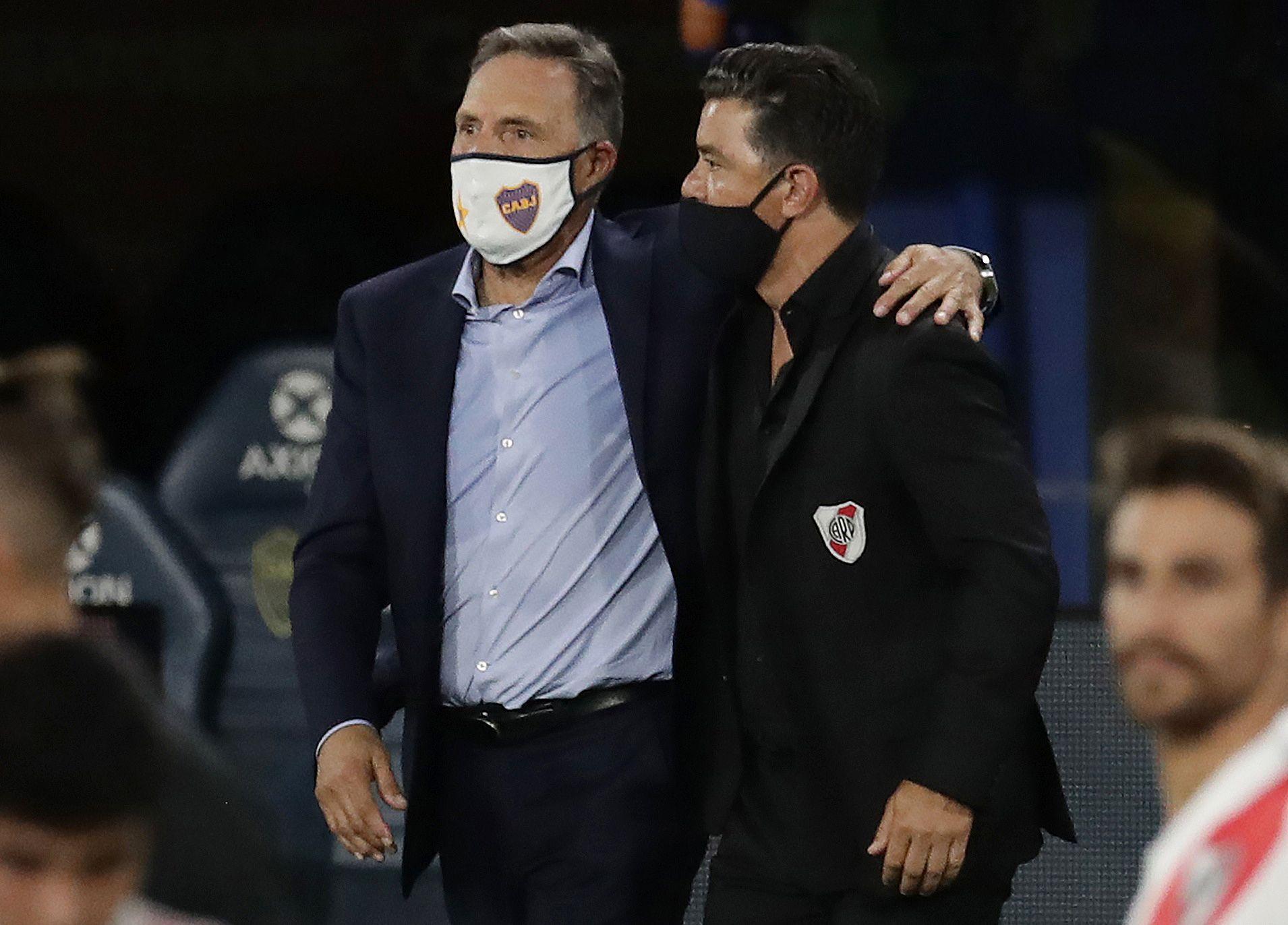 El saludo entre Miguel Ángel Russo y Marcelo Gallardo (Reuters)