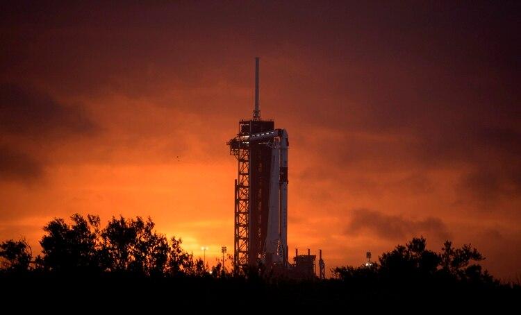 El cohete Falcon 9 de SpaceX Falcon 9 en la plataforma de lanzamiento 39A de el centro espacial Kennedy (EFE)