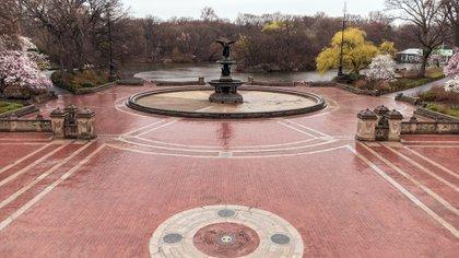 La plaza de la fuente de Bethesda en Central Park en Manhattan, vacía durante la pandemia