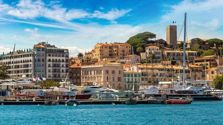 Los viajeros que visiten esta increíble ciudad pueden disfrutar del boulevard de la Croisette y las películas en la playa de Macé (Shutterstock)
