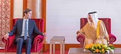 El asesor principal del Presidente de los Estados Unidos, Jared Kushner (izquierda), se reúne con el Rey de Bahrein, Hamad bin Isa Al Khalifa (derecha), durante su visita a Manama, el 1 de septiembre de 2020 (Agencia de Noticias de Bahrein / REUTERS)
