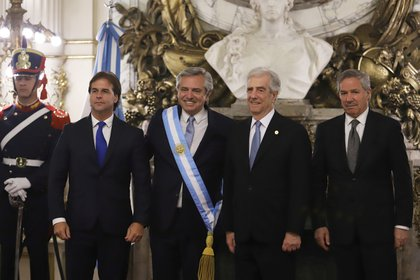El presidente de la Nación junto al mandatario uruguayo, Luis Lacalle Pou y al ex presidente Tabaré Vázquez (REUTERS/Matias Baglietto)