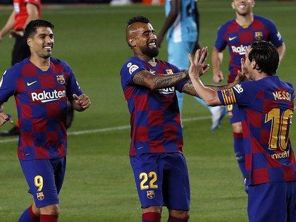 Los jugadores del FC Barcelona, el argentino Leo Messi (d), el chileno Arturo Vidal (c) y el uruguayo Luis Suárez, celebran el segundo gol del equipo blaugrana durante el encuentro correspondiente a la jornada 29 de primera división. EFE/Alberto Estévez.