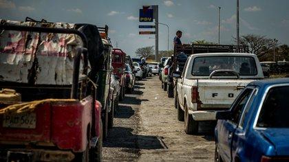 La escasez de combustible y gasolina ha afectado a los venezolanos, que tienen que hacer cola durante horas para surtirse (Meridith Kohut para The New York Times)