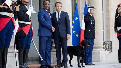 En la visita oficial del presidente de Níger en Francia, Nemo se mantuvo al costado del mandatario francés