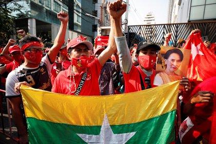 Manifestantes gritan consignas contra el golpe militar en Birmania ante la embajada de Birmania en Bangkok, Tailandia, 1 de febrero de 2021. Aung San Suu Kyi y otros altos líderes políticos birmanos han sido detenidos tras un golpe militar debido a una tensión creciente entre el gobierno civil y el ejército disputado por los resultados de las elecciones de noviembre de 2020.EFE/EPA/RUNGROJ YONGRIT